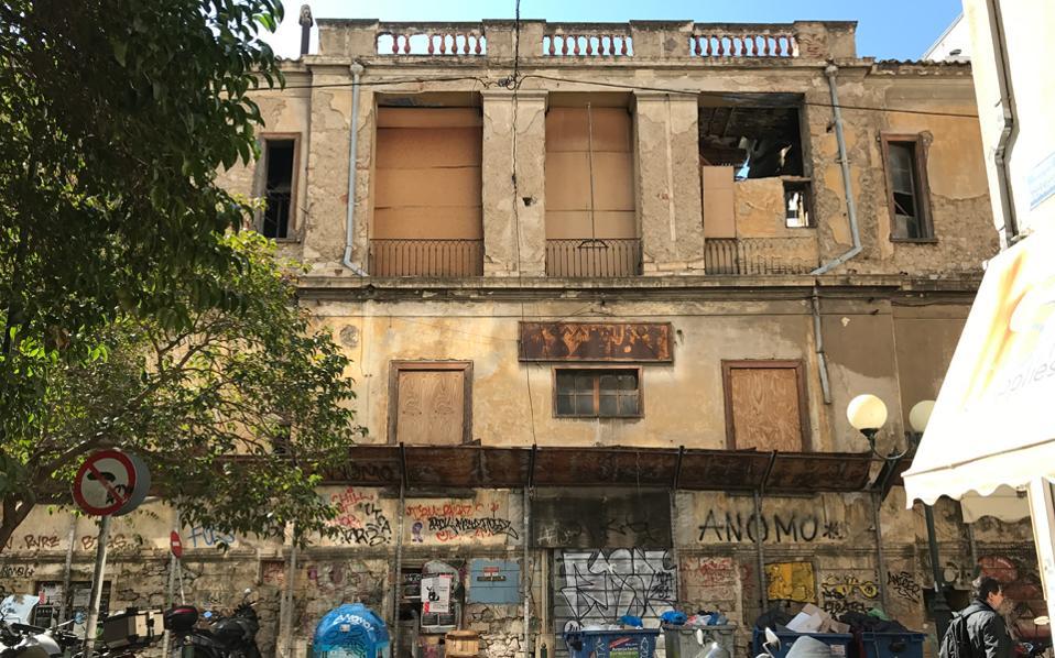 Το Μέγαρο Πρόκες Οστεν, στην οδό Φειδίου 3. Χτίστηκε το 1836 από τον Αυστριακό πρέσβη Αντον Πρόκες φον Οστεν. Από το 1919 στέγαζε το Ελληνικό Ωδείο. Τα τελευταία χρόνια καταρρέει.