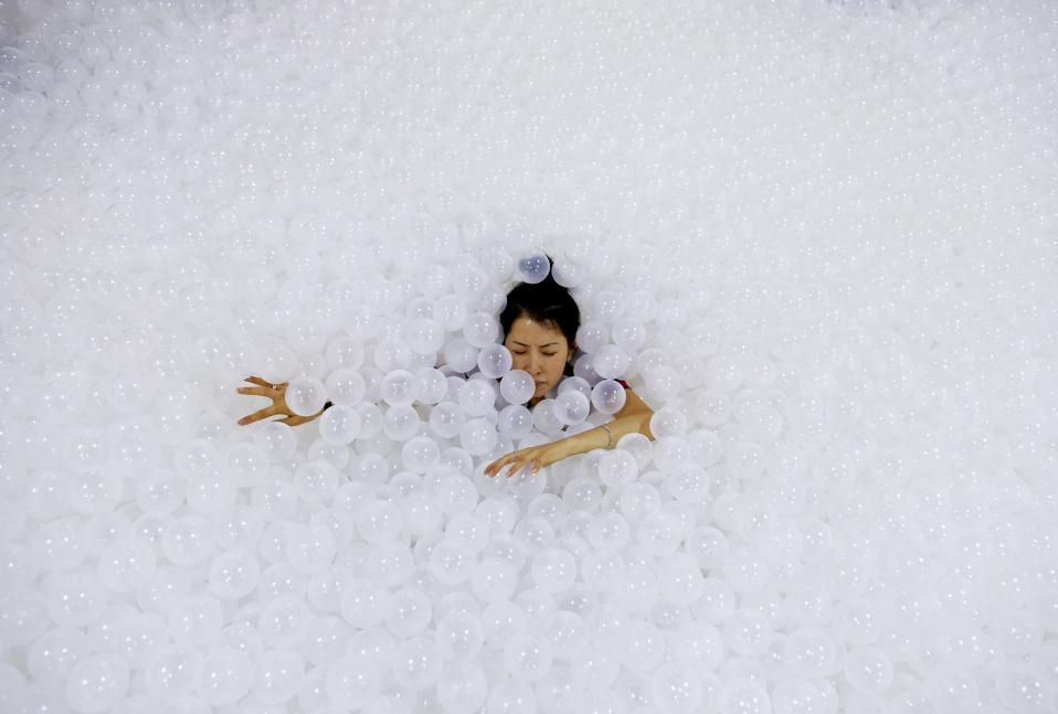 Η παραλία. Πολλές φορές η τέχνη βασίζεται σε μια διαφορετική ανάγνωση της πραγματικότητας. Αλλες φορές σε μια έξυπνη ιδέα. Στην εγκατάσταση «The Beach», δημιουργία της Snarkitecture στην Bangkok, η χρυσή άμμος μιας παραλίας αντικαταστάθηκε με 250.000 ανακυκλώσιμα, αντιβακτηριδιακά πλαστικά μπαλάκια.  EPA/RUNGROJ YONGRIT