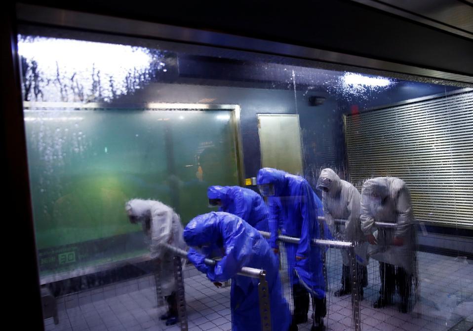 Μαθήματα για διπλωμάτες. Από το  κέντρο εκπαίδευσης για Ασφαλή Ζωή Honjo του Τόκυο είναι η φωτογραφία. Στο κέντρο δίνεται η δυνατότητα σε πρέσβεις και υπαλλήλους πρεσβειών να πάρουν μια γεύση από τροπικές καταιγίδες, θυελλώδεις ανέμους, αλλά και ισχυρούς σεισμούς, όλα φαινόμενα της χώρας του Ανατέλλοντος Ηλίου, και φυσικά ασφαλείς τρόπους αντιμετώπισής τους.  REUTERS/Kim Kyung-Hoon