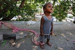 Παιδοφύλαξη. Η μητέρα δουλεύει στον μεγάλο δρόμο για τα στοιχειώδη και η κόρη μόλις 2 ετών, θα μείνει δεμένη στο δένδρο μέχρι να επιστρέψει. Η φωτογραφία είναι από το Jammu της Ινδίας. REUTERS/Mukesh Gupta