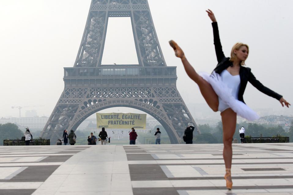 Η Γαλλία σε μία εικόνα.  Τις κορυφαίες αξίες της Γαλλικής Δημοκρατίας θέλησε να υπενθυμίσει η Greenpeace, παραμονές εκλογών κρεμώντας ένα τεράστιο πανό από τον πύργο του Άιφελ. REUTERS/Gonzalo Fuentes