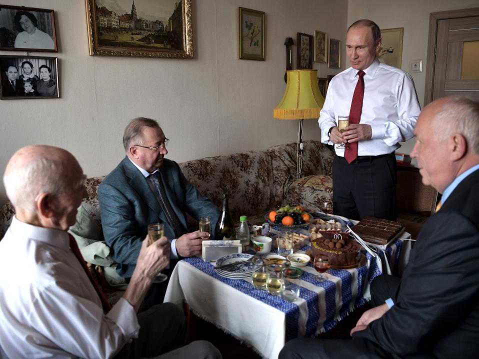 Το αφεντικό του Putin. Τα 90α του γενέθλια γιόρτασε ο Lazar Matveyev, στο Zhulebino της Ρωσίας και για την περίσταση είχε υψηλούς καλεσμένους. Τον Πρόεδρο της Ρωσίας και υφιστάμενό του την δεκαετία του 80', Vladimir Putin όταν και οι δύο τους εργάζονταν για την KGB στην Δρέσδη της Γερμανίας. Alexei Nikolsky, Sputnik, Kremlin Pool Photo via AP