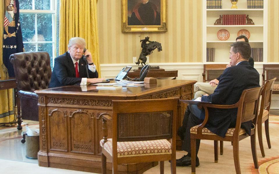 Ο πρόεδρος Τραμπ με τον τότε σύμβουλο εθνικής ασφαλείας Μάικλ Φλιν, στο Οβάλ Γραφείο του Λευκού Οίκου, στα τέλη Ιανουαρίου.