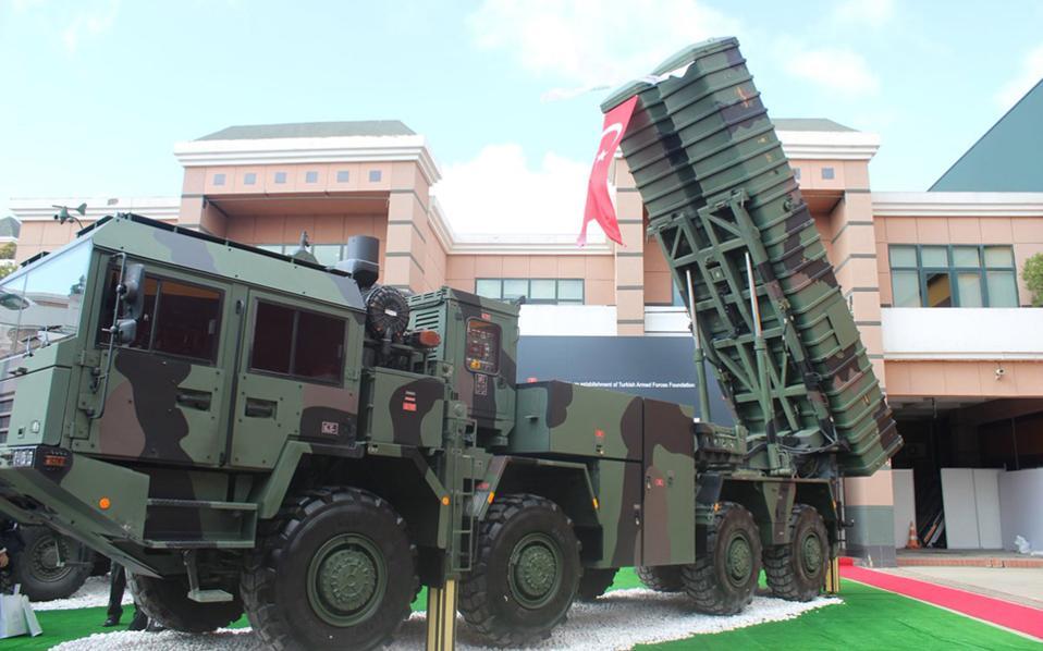Οι εκτοξευτήρες των πυραύλων μεγάλου βεληνεκούς «Bora», όπως εκτίθενται στην τουρκική έκθεση αμυντικού υλικού «IDEF '17». Χθες, ο Τούρκος υπ. Εθνικής Αμυνας Φικρί Ισίκ ανακοίνωσε επιτυχή δοκιμή πυραύλου εδάφους - εδάφους τύπου «Bora» στη Μαύρη Θάλασσα, με βεληνεκές 280 χιλιόμετρα. Εκφράζονται εκτιμήσεις ότι το πραγματικό βεληνεκές ίσως είναι μεγαλύτερο.