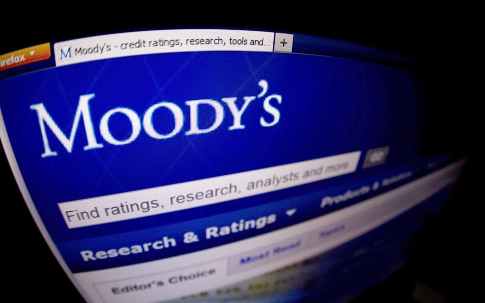 Η Moody's διατήρησε σταθερές τις προοπτικές (outlook) για τις εγχώριες τράπεζες. Ο οίκος πιστοληπτικής αξιολόγησης εκτιμά ότι ο ρυθμός οικονομικής ανάπτυξης θα διαμορφωθεί στο 1,5% το 2017 και θα ενισχυθεί στο 2% το 2018.