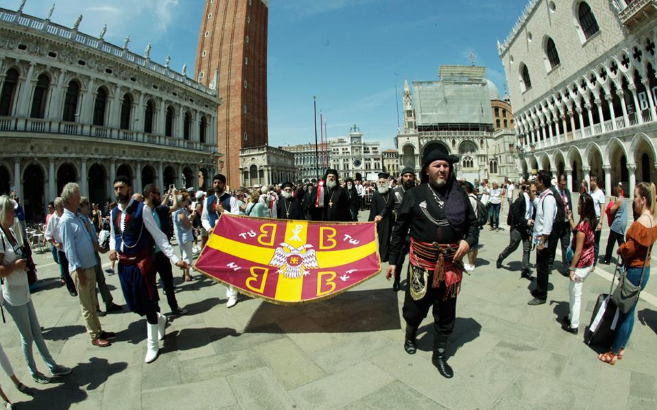 Ελληνικά παραδοσιακά χρώματα στην πλατεία του Αγίου Μάρκου, στη Βενετία, όπου η ελληνική αποστολή παρέλαβε, σε κλίμα συγκίνησης και κατάνυξης, το ιερό σκήνωμα της Αγίας Ελένης και τμήμα του Τιμίου Ξύλου.
