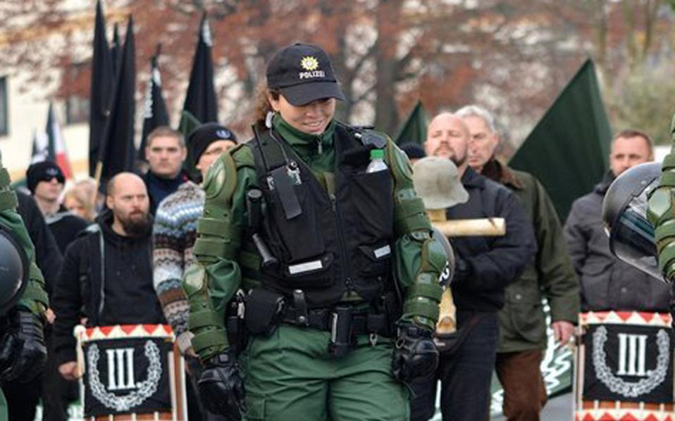 Σε πορεία των νεοναζί στην πόλη Βουνζίντελ οι αστυνομικοί φαίνονται να υπομειδιούν συνωμοτικά, καθώς κάθε μέτρο που διένυαν οι ακροδεξιοί συμμετέχοντες σήμαινε τη συγκέντρωση δέκα ευρώ για την ενίσχυση της αντιναζιστικής οργάνωσης Exit.