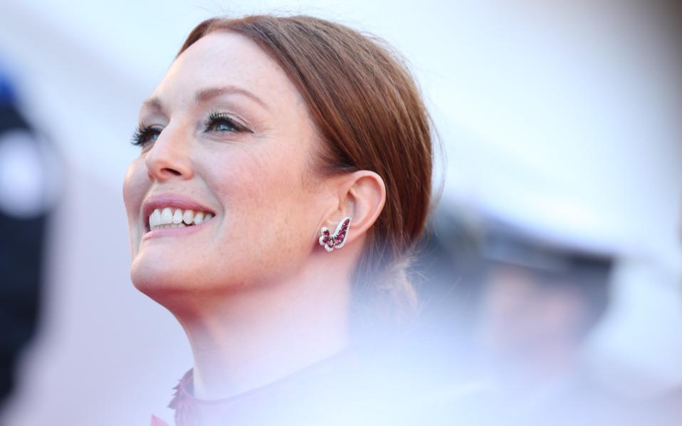 17_may_2017_julianne_moore_in_chopard_3_11781
