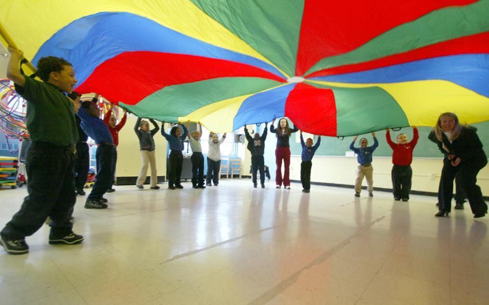 Κρίσιμη θεωρείται η τακτική σωματική άσκηση για παιδιά σε νεαρή ηλικία. Στη φωτογραφία, μαθητές δημοτικού ασκούνται σε σχολείο της Νέας Υόρκης.