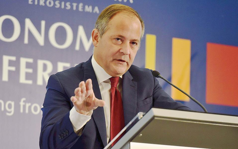 «Για την απόφαση ένταξης των ελληνικών ομολόγων στο πρόγραμμα ποσοτικής χαλάρωσης η ΕΚΤ, τυπικά, δεν χρειάζεται τη συμμετοχή του ΔΝΤ στο ελληνικό πρόγραμμα. Η συμμετοχή του Ταμείου, πάντως, θα παρείχε μεγαλύτερη αξιοπιστία στους όρους βιωσιμότητας του χρέους», τόνισε ο Μπ. Κερέ.