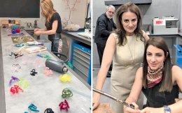 Αριστερά, η δημιουργός Νέλλα Βλάχου δουλεύει με ακρυλικό πλαστικό στο ΖΕΔΕΤ. Δεξιά, η Ιωάννα Λαλαούνη, αριστερά, με την Αθηνά Γεωργιάδου στο ΖΕΜ, εν ώρα εργασίας.