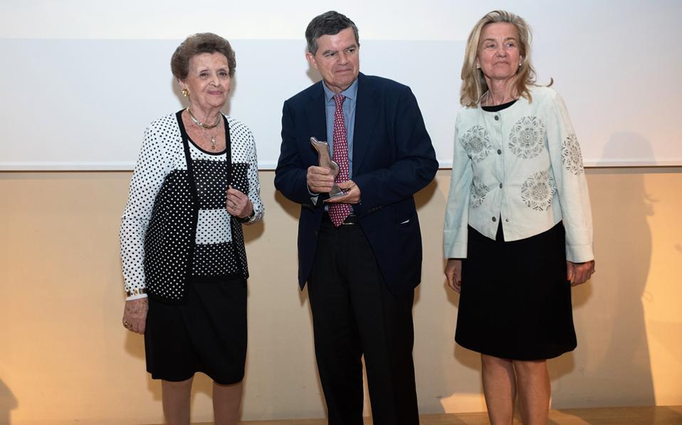 Η Χρυσάνθη Πατέρα, επίτιμη πρόεδρος του Greek Orthodox Charity Organization, βράβευσε τον Θανάση Μαρτίνο και τη σύζυγό του Μαρίνα.