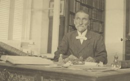 Ο Γεώργιος Φιλάρετος (1848-1929) στο εσωτερικό του «Ηλυσίου», φωτογραφημένος από την ανιψιά του Σωσώ Κρέμου (Φωτογραφικό Αρχείο ΕΛΙΑ-ΜΙΕΤ).