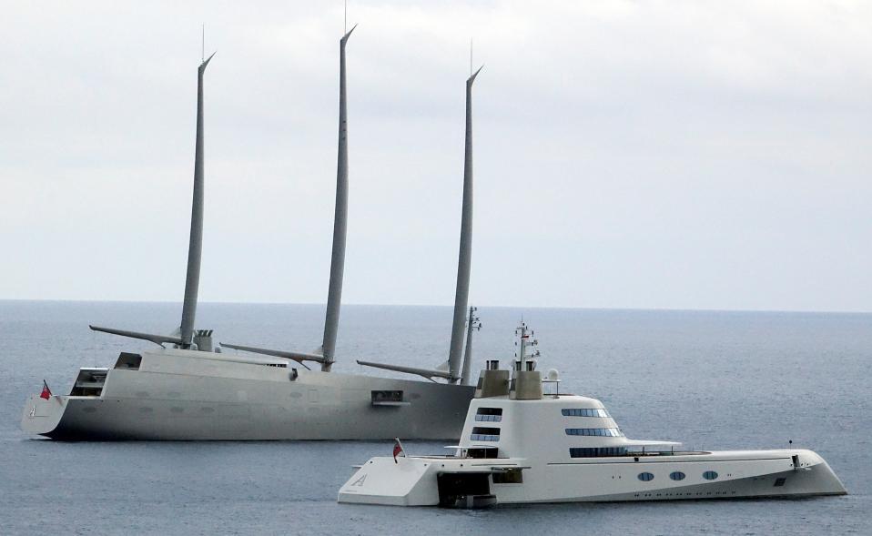 Α Α. Τα δυο πιο εντυπωσιακά σκάφη που έχουν ναυπηγηθεί πρόσφατα, το  ιστιοφόρο «Salling Yacht A» και το «Motor Yacht A» και τα δύο του Ρώσου μεγιστάνα  Andrey Melnichenko, βρέθηκαν μαζί στο λιμάνι του Μονακό. REUTERS/Stefano Rellandini