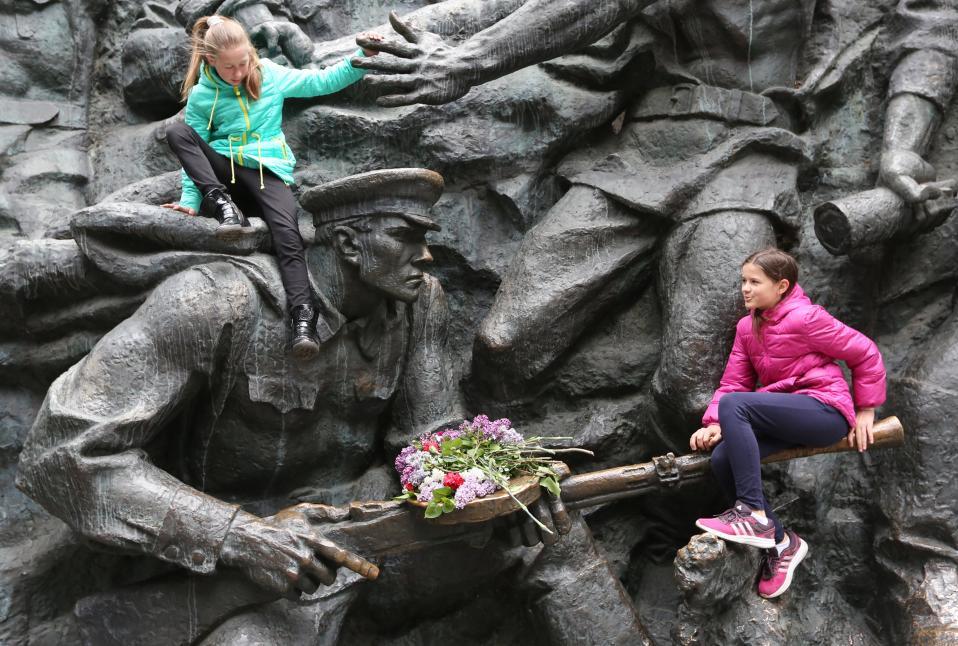Επέτειος νίκης. Ολα τα κράτη της πρώην ΕΣΣΔ γιορτάζουν την επέτειο των 72 χρόνων από την νίκη επί της Ναζιστικής Γερμανίας. Στην φωτογραφία κορίτσια παίζουν στο μνημείο που είναι  αφιερωμένο στον Β΄ Παγκόσμιο Πόλεμο στην Ουκρανία.  EPA/TATYANA ZENKOVICH