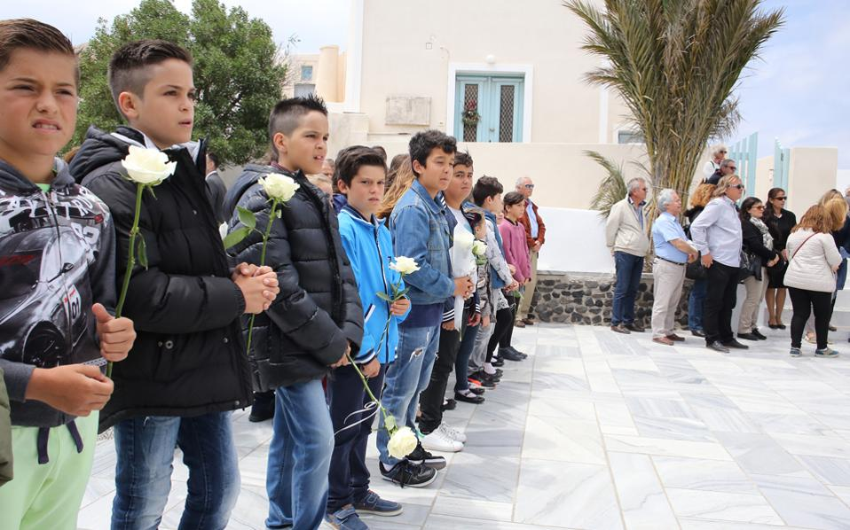 Κρατώντας λευκά τριαντάφυλλα, παιδιά του Δημοτικού Οίας Σαντορίνης έσπευσαν στον Ιερό Ναό Παναγίας Ακαθίστου Υμνου, όπου εψάλη η εξόδιος ακολουθία, για να ευχηθούν στον Αριστείδη Αλαφούζο «καλό ταξίδι». Στην τελευταία του κατοικία, στο κοιμητήριο της αγαπημένης του Οίας, τον συνόδευσαν τα παιδιά, τα εγγόνια, οι στενοί φίλοι και συνεργάτες του.
