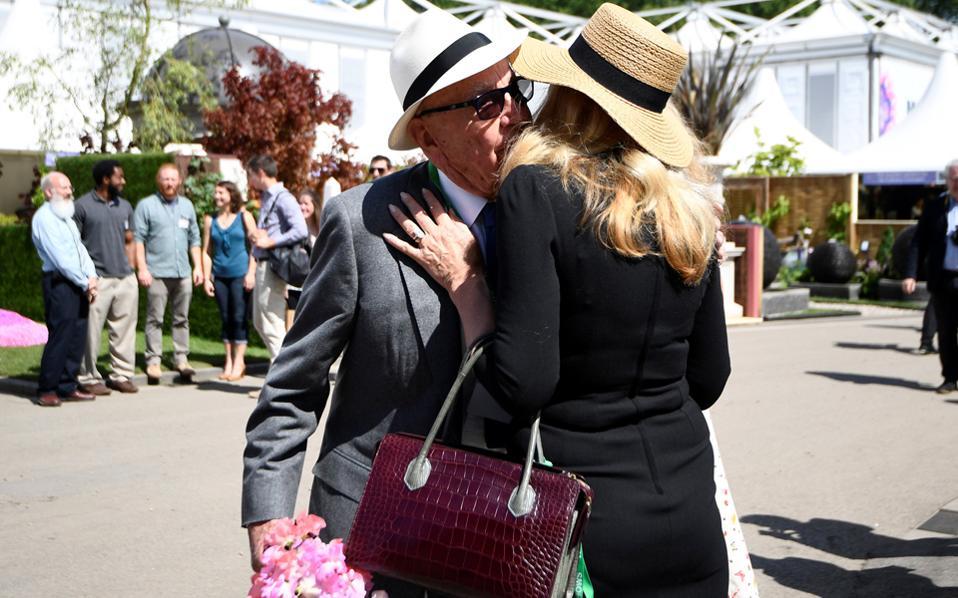 Το ζεύγος Μέρντοκ στην ανθοκομική έκθεση του Τσέλσι στο Λονδίνο. Πάντα, τα λουλούδια και τα ερωτευμένα παιδιά πήγαιναν μαζί...