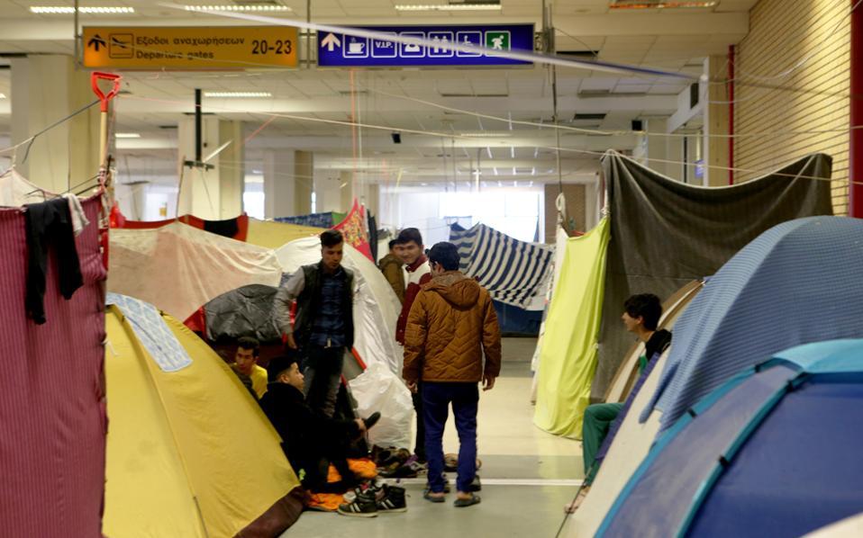 Αρκετοί πρόσφυγες αποχώρησαν από το Ελληνικό, φοβούμενοι πιθανή μεταφορά τους εκτός Αθηνών.