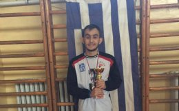 «Δεν έχω αφήσει την απώλεια όρασης να μου προδιαγράψει τη ζωή», λέει ο 21χρονος Αλέξανδρος, που μεταξύ άλλων ασχολείται με τον αθλητισμό.