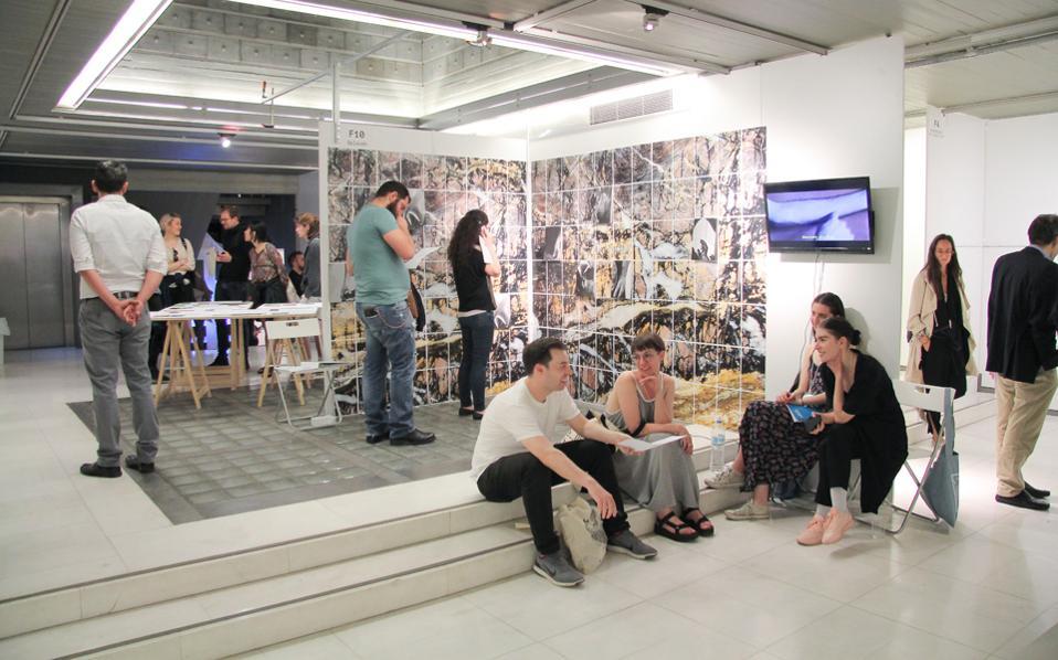 Στον επί διετία αδρανοποιημένο «Εικαστικό Κύκλο» της Χαρ. Τρικούπη 121, από το περασμένο Σάββατο, 42 ομάδες, με 650 καλλιτέχνες από 17 χώρες, μετέτρεψαν τον χώρο σε μία φουάρ που «γίνεται οικογένεια», στο πλαίσιο του πρώτου ανεξάρτητου Platforms Project.