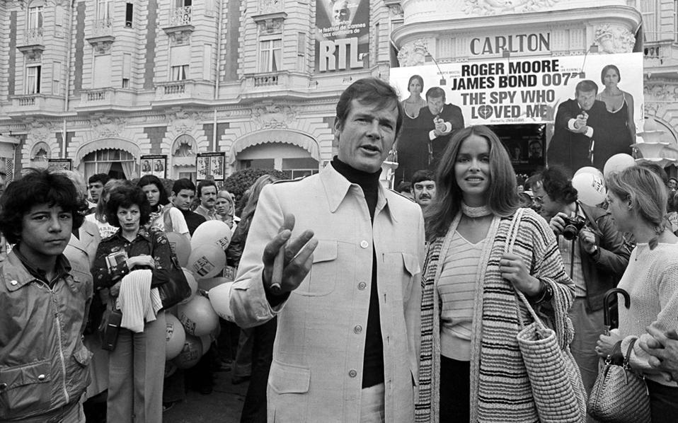 Ο Ρότζερ Μουρ συνοδεύει την Μπάρμπαρα Μπαχ στην προβολή της ταινίας «Η κατάσκοπος που με αγάπησε», στο Φεστιβάλ των Καννών το 1977.
