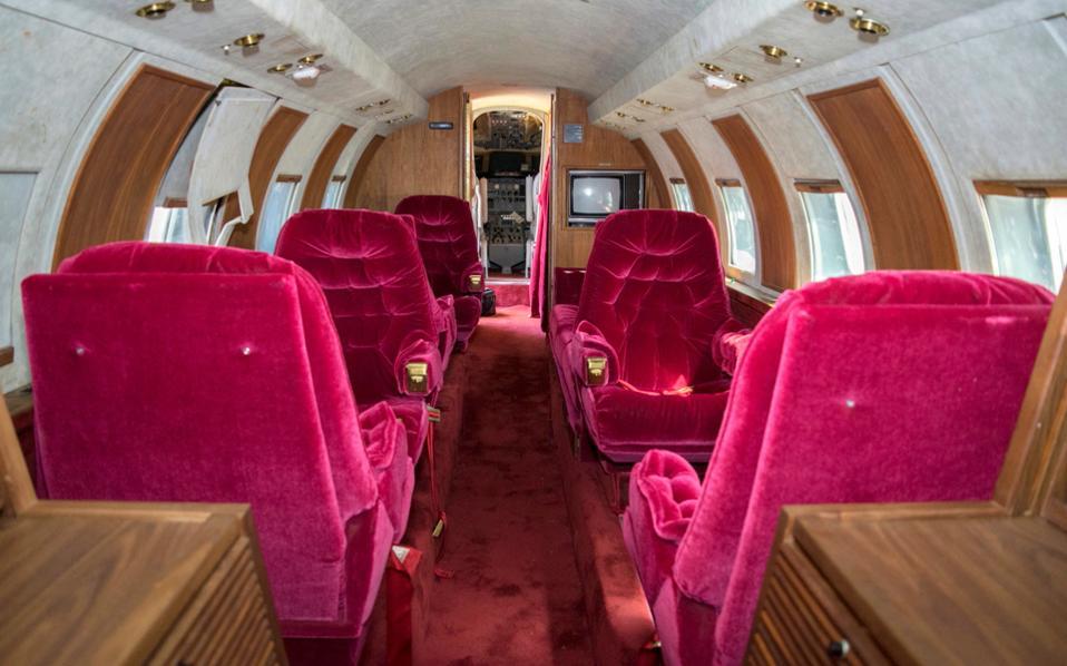 Το εσωτερικό του αεροσκάφους με τα κόκκινα βελούδινα καθίσματα ήταν σχεδιασμένο από τον ίδιο τον Ελβις Πρίσλεϊ.
