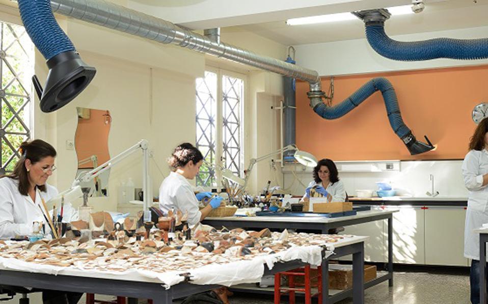 Αποψη του εργαστηρίου συντήρησης αγγείων και μικροτεχνίας, στο οποίο θα ξεναγηθούν τριάντα τυχεροί.