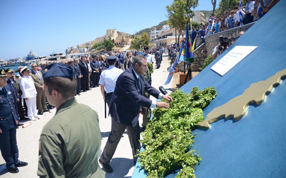 Ο υπουργός Αμυνας, κατά τη διάρκεια της τελετής απόδοσης τιμών στον σμηναγό Ηλιάκη, ο οποίος σκοτώθηκε πριν από 11 χρόνια όταν τουρκικό Φάντομ συγκρούστηκε με το F-16 που πλοηγούσε.