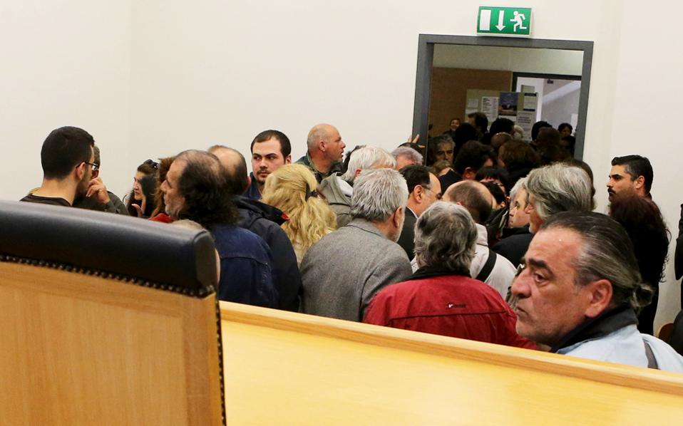 Το όριο των οφειλών πάνω από το οποίο οι συμβολαιογράφοι διενεργούν πλειστηριασμούς κατοικίας μειώθηκε στις 300.000 ευρώ.