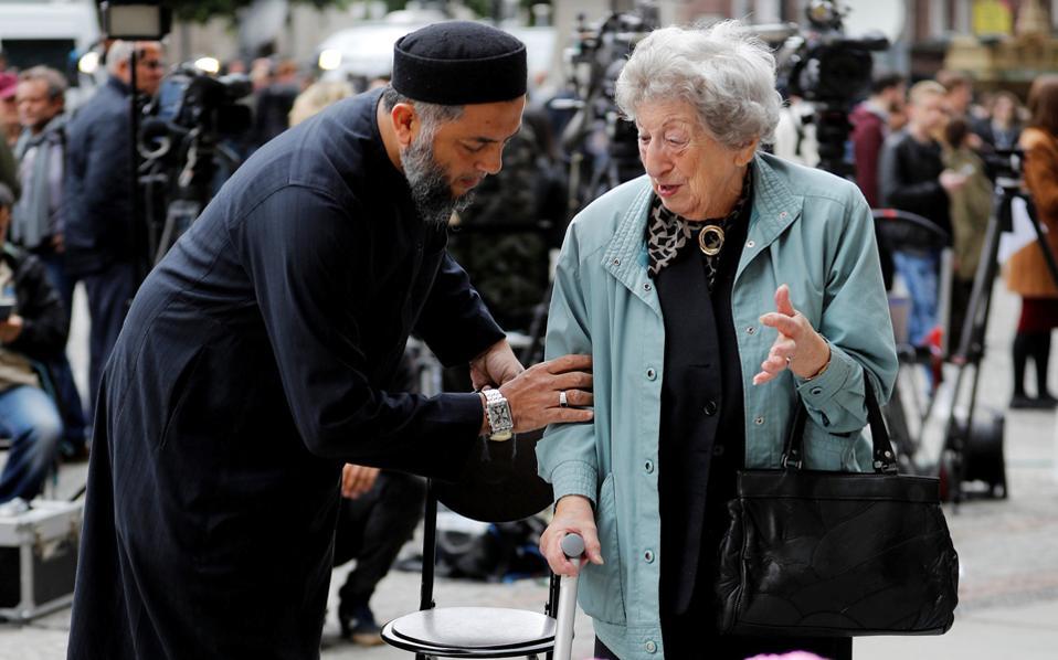 Μουσουλμάνος και Εβραία θρηνούν από κοινού στην Αλμπερτ Σκουέρ του Μάντσεστερ.