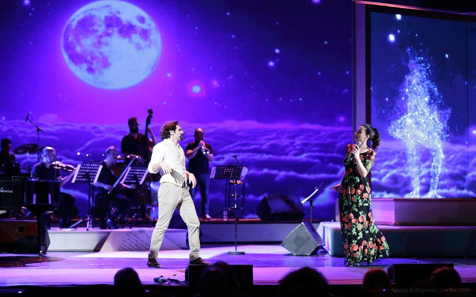 Ο Οδυσσέας Παπασπηλιόπουλος και η Μαρίζα Ρίζου στη σκηνή του Παλλάς.