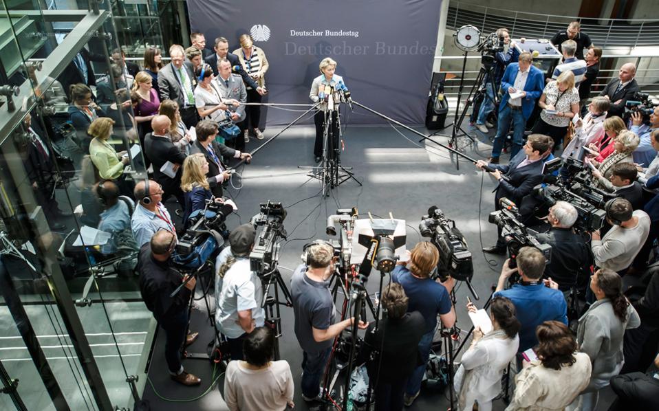 Η Γερμανίδα υπουργός Αμυνας Ούρσουλα φον ντερ Λάιεν δέχεται αντικρουόμενες πιέσεις.