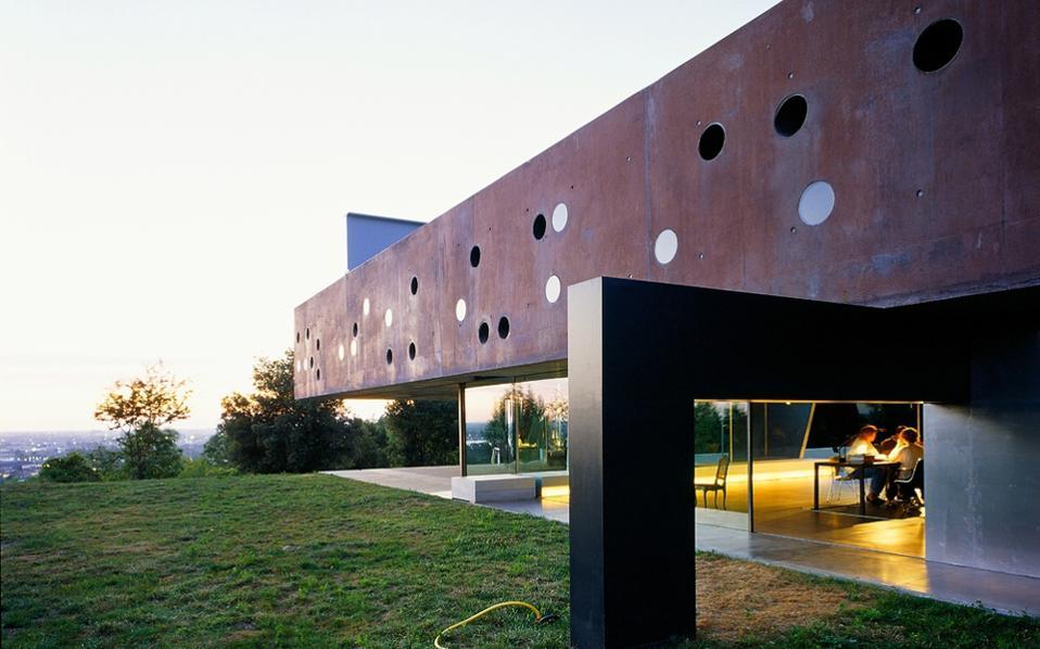 Οι Νίκος Πλατσάς και Κατερίνα Κρίτου την κατοικία Bordeaux, του Rem Koolhaas (Bordeaux, Γαλλία, 1998).