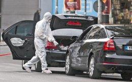Το σημείο της έκρηξης, στη συμβολή των οδών Μάρνη και 3ης Σεπτεμβρίου, αποκλείστηκε από αστυνομικούς και τη Μερσεντές της Τράπεζας της Ελλάδος ήλεγξαν και για άλλα παγιδευμένα δέματα πυροτεχνουργοί του Τμήματος Εξουδετέρωσης Εκρηκτικών Μηχανισμών.