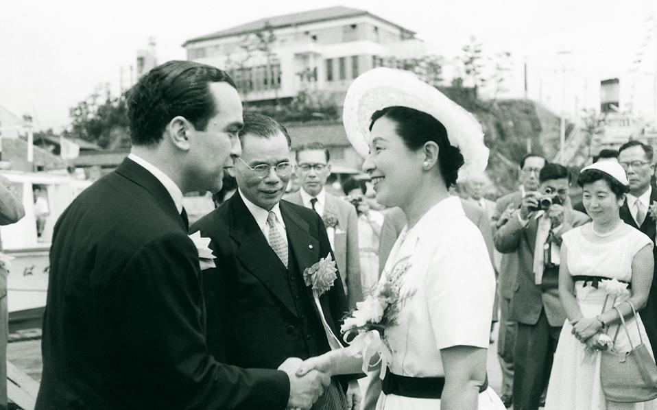 Σε ηλικία 90 ετών έφυγε χθες από τη ζωή ο εφοπλιστής Αλέκος Γουλανδρής, ένας πραγματικός ευπατρίδης της ναυτιλίας. Στην ιστορική αυτή φωτογραφία του 1957, ποζάρει στην Ιαπωνία μαζί με τη σύζυγο του αδελφού του αυτοκράτορα Xιροχίτο, πριγκίπισσα Tακαματσού, την ανάδοχο του δεξαμενόπλοιου «Violanda» στην καθέλκυσή του. Μαζί με τα αδέλφια του ίδρυσαν έναν σπουδαίο ναυτιλιακό όμιλο, ο οποίος διέγραψε λαμπρή πορεία, ενώ στο τέλος της δεκαετίας του '60 αγόρασε τα ναυπηγεία Σύρου.