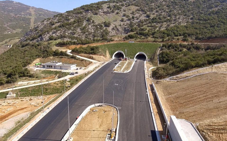 Οι πέντε υπό επισκευή γέφυρες βρίσκονται στο νότιο τμήμα του έργου, από Ράχες έως Ευαγγελισμό, ενώ η έκτη στη γέφυρα του Πηνειού, στη βόρεια είσοδο των Τεμπών, απ' όπου και η φωτογραφία.