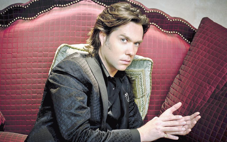 Ο Ρούφους Γουέινραϊτ έχει αναγνωριστεί τόσο για τα τραγούδια του, όπως τα «Going to a Τown» και «Shadows», όσο και για την υπνωτιστική φωνή τενόρου.