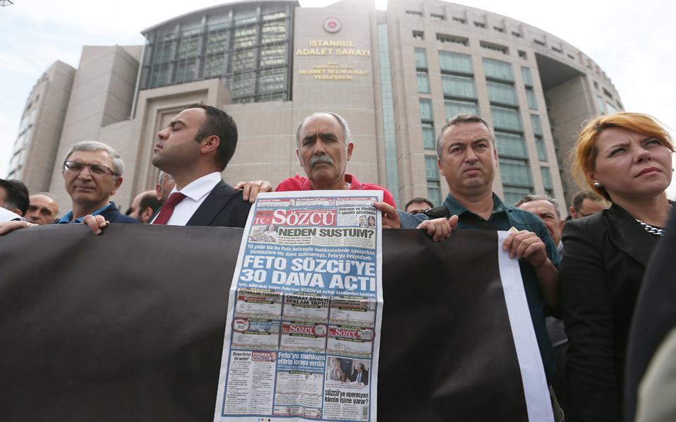 Διαδήλωση υπέρ συλληφθέντων δημοσιογράφων χθες έξω από τα δικαστήρια της Κωνσταντινούπολης.