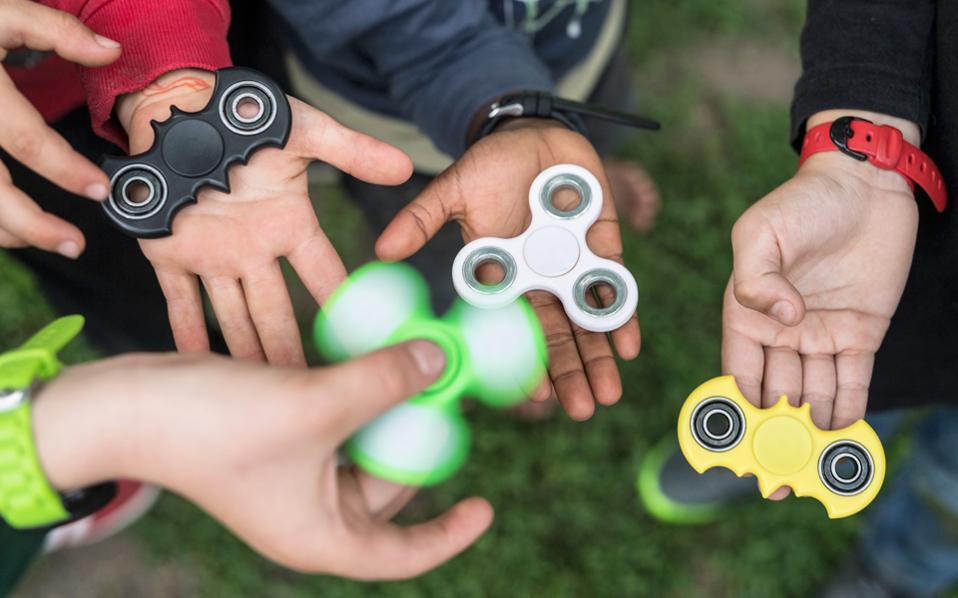 Το fidget spinner εφηύρε η Αμερικανίδα χημικός-μηχανικός Catherine Α. Hettinger τη δεκαετία του '90.