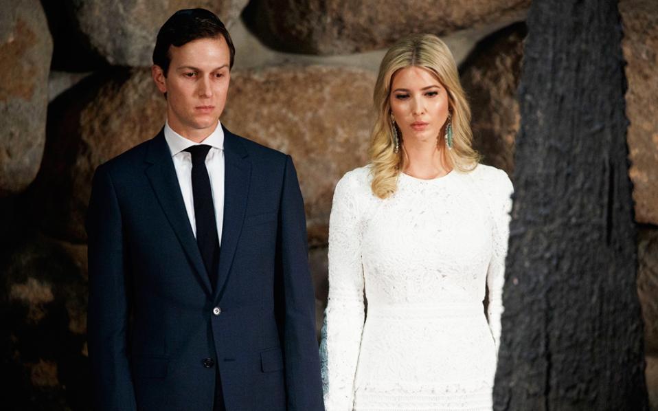 Ο Τζάρεντ Κούσνερ και η σύζυγός του Ιβάνκα Τραμπ, στο μνημείο του Ολοκαυτώματος Γιαντ Βάσεμ, στο Ισραήλ.