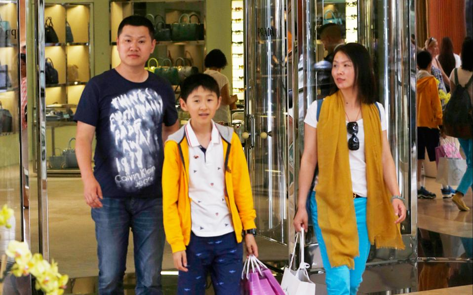 Μοχλός ανάπτυξης της UnionPay είναι η ανερχόμενη κινεζική μεσαία τάξη, που καταναλώνει τόσο εντός της αχανούς χώρας όσο και εκτός. Στις αγορές της Δύσης, οι κάρτες UnionPay πρωτοεμφανίστηκαν μαζί με τους νεόπλουτους Κινέζους τουρίστες.