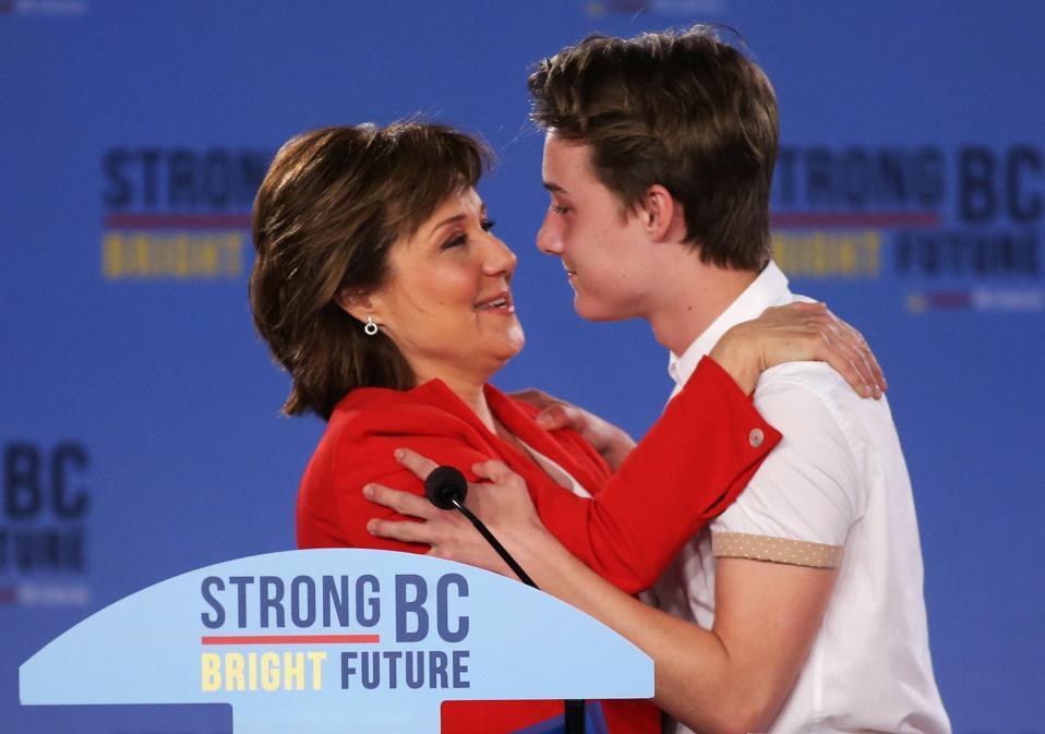 Ξεχάστε τους συζύγους, ήρθε η ώρα των παιδιών. Μια από τις γνωστές πολιτικούς στον Καναδά, η Christy Clark κλείνει την ομιλία της την ώρα που καταμετρώνται οι ψήφοι για τις εκλογές στην επικράτειά της, με μια αγκαλιά από τον γιο της Hamish, o οποίος παρεμπιπτόντως γεννήθηκε στην διάρκεια της υπουργικής της θητείας. Η διαζευγμένη Clark ευχαρίστησε τους υποστηρικτές της αλλά και τον δεκαπεντάχρονο γιο της αναγνωρίζοντας ότι να έχεις μια μαμά πολιτικό δεν είναι εύκολη υπόθεση. Αραγε αν η Hillary Clinton είχε στο πλευρό της στην διάρκεια της προεκλογικής της εκστρατείας την κόρη της, επενδύοντας σε μια ειλικρινή και τρυφερή σχέση παρά στο πολιτικό κύρος του συζύγου της, θα κέρδιζε;  REUTERS/Ben Nelms