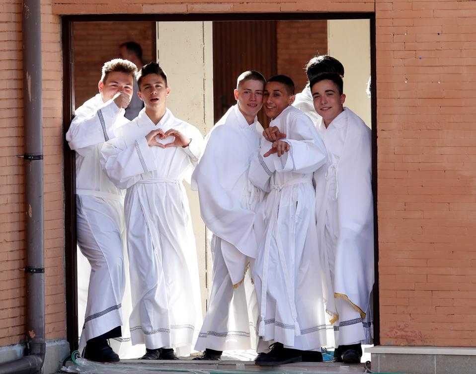 Ατακτα παπαδοπαίδια. Εξω από την εκκλησία του San Pier Damiani στην Ρώμη περιμένουν τα αγόρια να δουν τον Πάπα Φραγκίσκο. Οσο μεγάλος όμως και να είναι ο σεβασμός και η αγάπη στην θρησκεία, είναι η ορμή της ηλικίας που προστάζει πόζες και ερωτοχτυπήματα. Και πώς να τα κατηγορήσει κανείς;  REUTERS/Remo Casilli