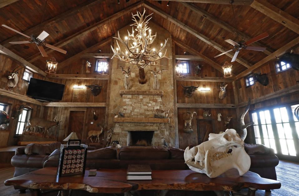 Διασκέδαση με τανκ. Μπορεί να θυμίζει ελβετικό ήσυχο σαλέ αλλά το Ox Ranch, το κυρίως λόμπι του DriveTanks.com μόνο ήσυχο δεν είναι. Σε αυτό το ράντσο του Τέξας οι ενδιαφερόμενοι μπορούν να ρίξουν όσες βολές θέλουν διαλέγοντας το τανκ της αρέσκειάς τους, με το αζημίωτο φυσικά.  EPA/LARRY W. SMITH
