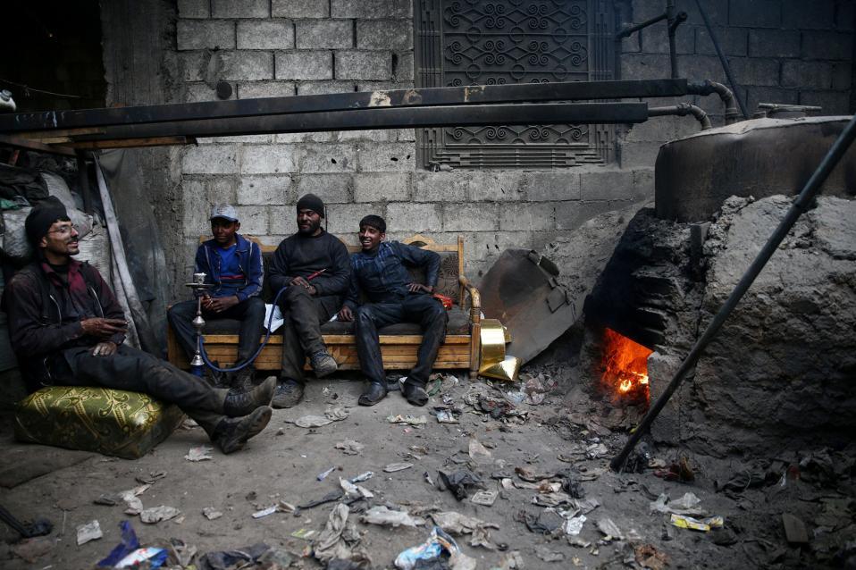 Ενεργειακές λύσεις. Στην κατεχόμενη από τους αντάρτες περιοχή της Douma στην Συρία, ο Abu Fahar (δεύτερος από δεξιά) με τους φίλους του, βρήκαν τρόπο να αντιμετωπίσουν το ενεργειακό πρόβλημα. Ανακυκλώνουν τα πλαστικά μπουκάλια και παράγουν καύσιμα.  REUTERS/Bassam Khabieh