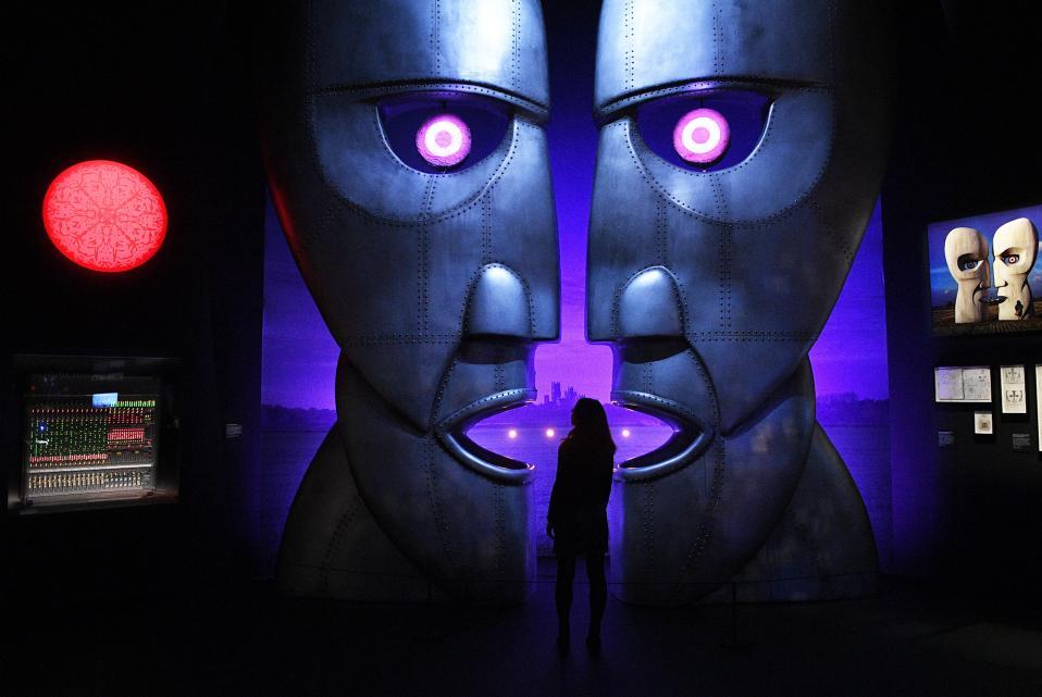 Μια έκθεση για τους Pink Floyd. Τις επόμενες ημέρες ανοίγει στο Victoria and Albert Museum στο Λονδίνο η έκθεση «The Pink Floyd Exhibition: Their Mortal Remains» και έχει σκοπό να μεταφέρει τους επισκέπτες στον μαγικό κόσμου του διάσημου συγκροτήματος μέχρι την 1η Οκτωβρίου. EPA/FACUNDO ARRIZABALAGA