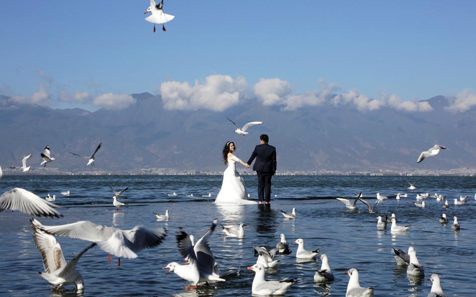 Γαμήλια φωτογραφία στη λίμνη Ερχάι, στη νοτιοδυτική επαρχία Γιουνάν της Κίνας.