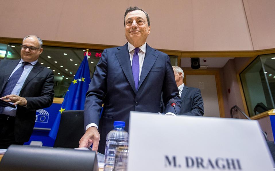 «Λυπούμαστε που δεν υπήρχε ξεκάθαρη αποσαφήνιση των μέτρων για το χρέος στο προηγούμενο Eurogroup», δήλωσε ο πρόεδρος της Ευρωπαϊκής Κεντρικής Τράπεζας Μάριο Ντράγκι.