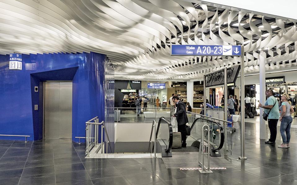 Αλλάζει η εικόνα του αναβαθμισμένου αεροδρομίου «Ελ. Βενιζέλος», το οποίο μπορεί πλέον να εξυπηρετήσει, με πλήρως αυτοματοποιημένα συστήματα, 26 εκατ. επιβάτες, από 20 εκατ. πέρυσι. Δύο κεντρικά σημεία ελέγχου ασφαλείας στις εισόδους των περιοχών εκτός Σένγκεν και εντός Σένγκεν, ταχύτερες διαδικασίες λόγω των αυτόματων μηχανημάτων και πυλών, περισσότερα εμπορικά καταστήματα. (Φωτογραφίες: ENRI CANAJ)