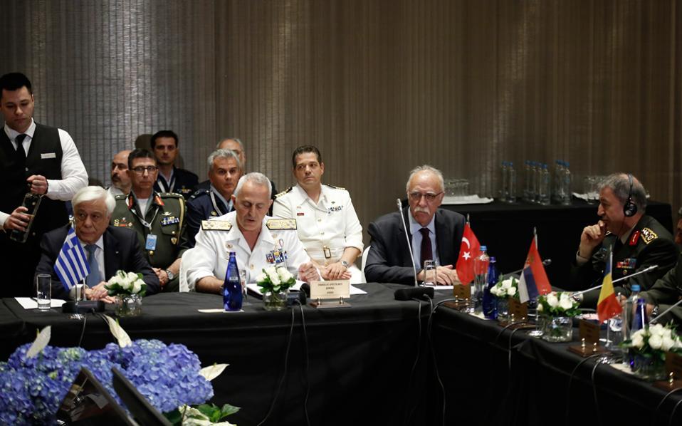 Ο Πρόεδρος της Δημοκρατίας Προκόπης Παυλόπουλος, ο αρχηγός ΓΕΕΘΑ Ευάγγελος Αποστολάκης, ο αναπληρωτής υπ. Εθνικής Αμυνας Δημήτρης Βίτσας και ο επικεφαλής των τουρκικών ενόπλων δυνάμεων Χουλουσί Ακάρ, στην 11η Διαβαλκανική Σύνοδο Αρχηγών ΓΕΕΘΑ, χθες στην Αθήνα.